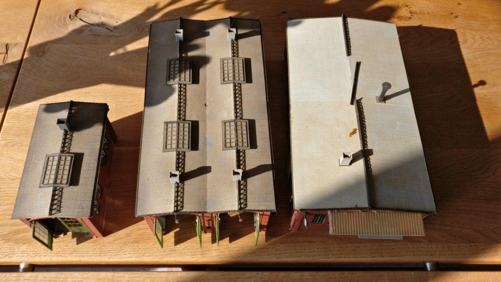 Der Big Haul in der Bucht: 2x Vollmer Lokschuppen 5752 und 1x Vollmer Lokschuppen 5750. Einer der Lokschuppen ist bereits zu einem Industriegebäude umgebaut. Es ist der rechte.