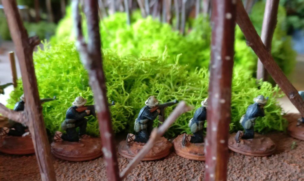 Ein Trupp Vietcong im Gebüsch.
