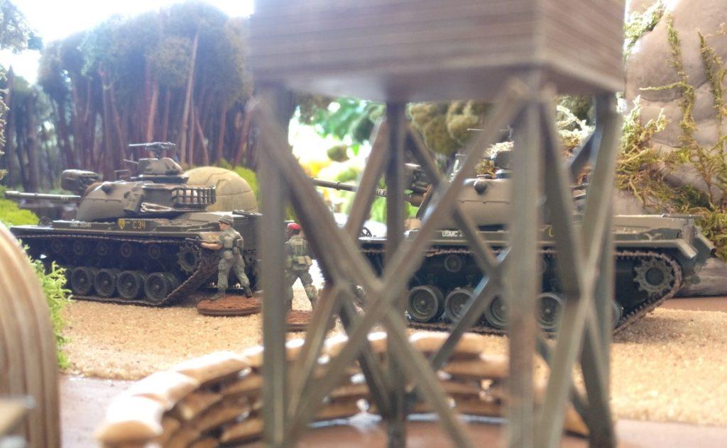 Die M48 Kampfpanzer stehen entlang der Hauptstraße