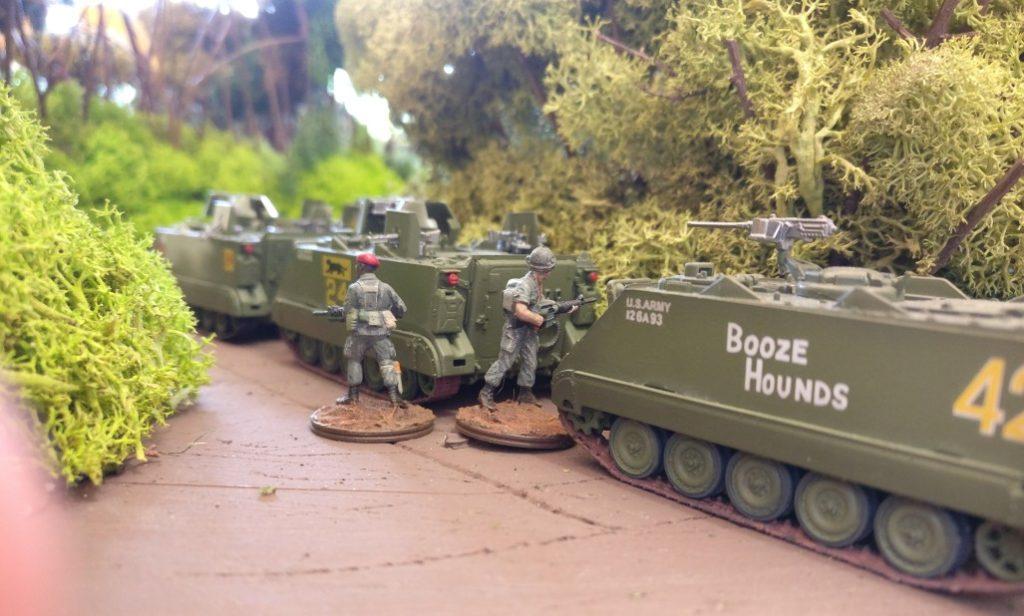 Drei der neun M113 Mannschaftstransporter. Auch hier wird ständig Wache geschoben.