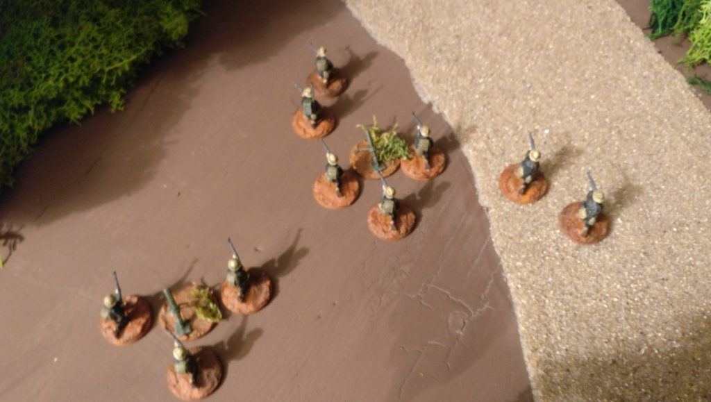 Im Hinterland steht ein weiterer Trupp mit zwei Granatwerfern bereit.