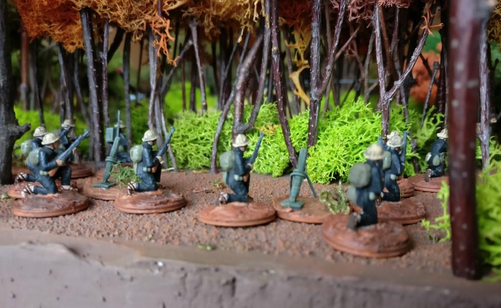 Am Spielfeldrand ist der dritte Granatwerfer-Trupp in Stellung gegangen.