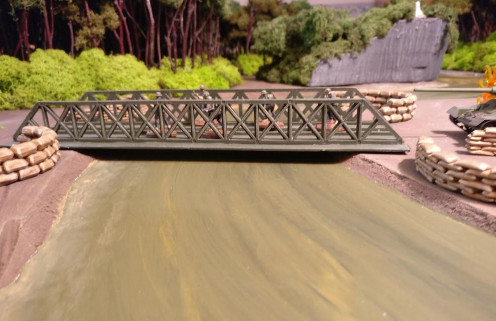 Schnell fließt der Mekong sein Bett hinab. Die Vietcong eilen beim Überqueren der Brücke.