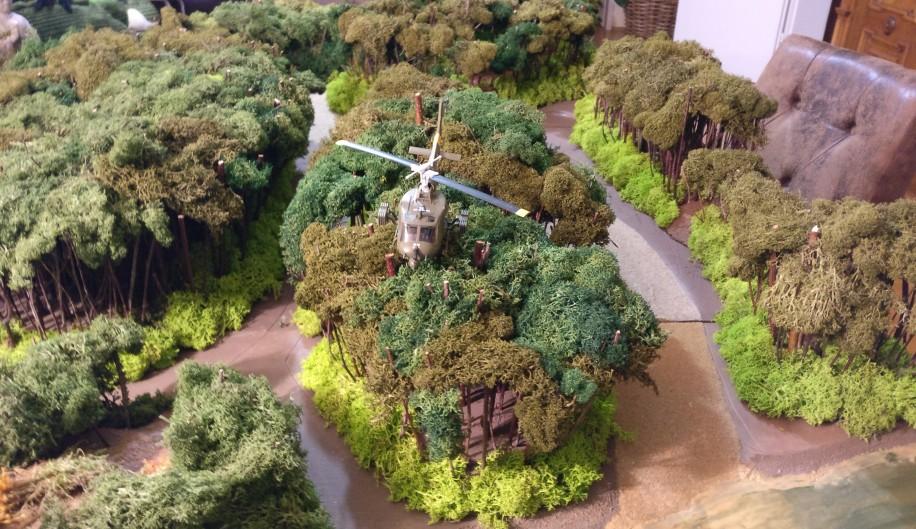 Hier thront der Herrscher beim Patrouillenflug über den Baumwipfeln.