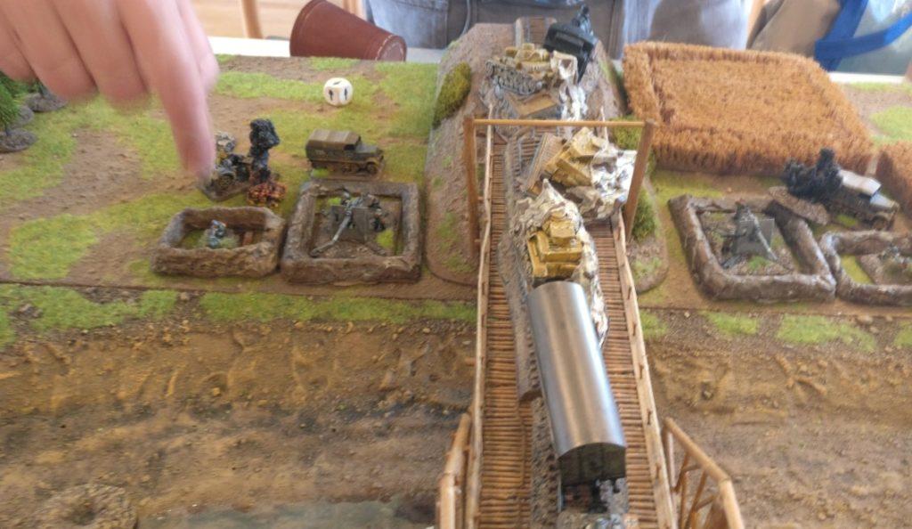 Der Artillerieschlag der Roten Armee geht daneben. Es kommt nur zum Pinnen, Verluste entstehen nicht.