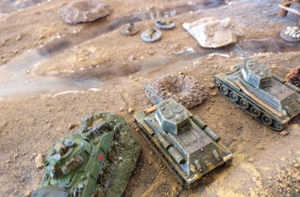 Die verbliebenen T-34/76 setzen zum weiteren Angriff an. Erneut erzielen sie keinerlei Wirkungstreffer bei der Acht-Acht.