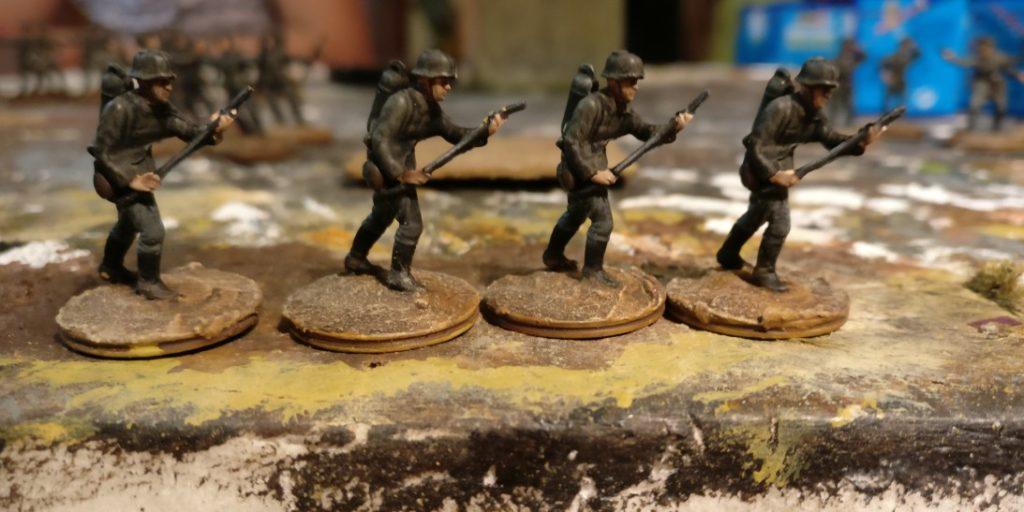 Vier Schützen mit Flammenwerfer für das Schützen-Regiment 1