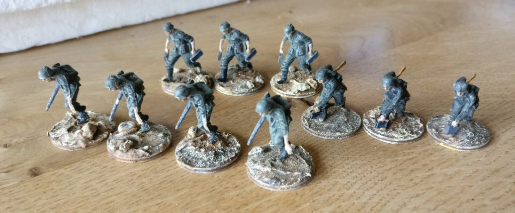 4 MG-Teams aus dem Revell Set 02511 German Armoured Infantry und aus dem IMEX Set 528 German Troops