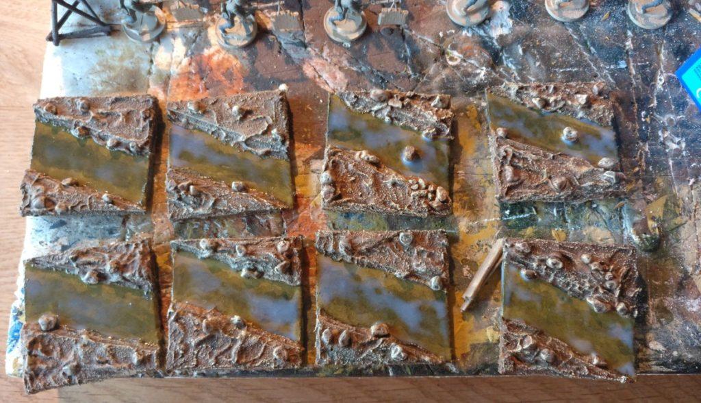 Der glänzende Klarlack lässt das völlig ebene Bachbett wässrig erscheinen.  Sofern es hier auf dem Foto nicht rüber kommt: Die Grünschattierungen lassen eine gewisse Tiefe des Baches erahnen. So etwa 30cm würde ich von hier aus mal schätzen.