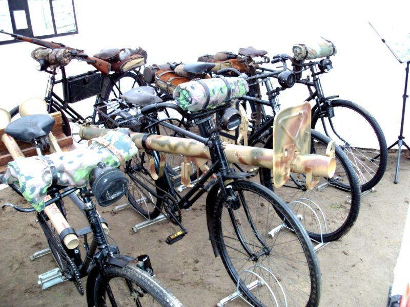 Dieses Truppenfahrrad (TrFa) zeigt den Panzerschreck am Rahmen des Fahrrads befestigt. Für das Fahrrad stellt der Panzerschreck schon ein Schwergewicht dar und stellt die Stabilität beim Fahren in Frage.