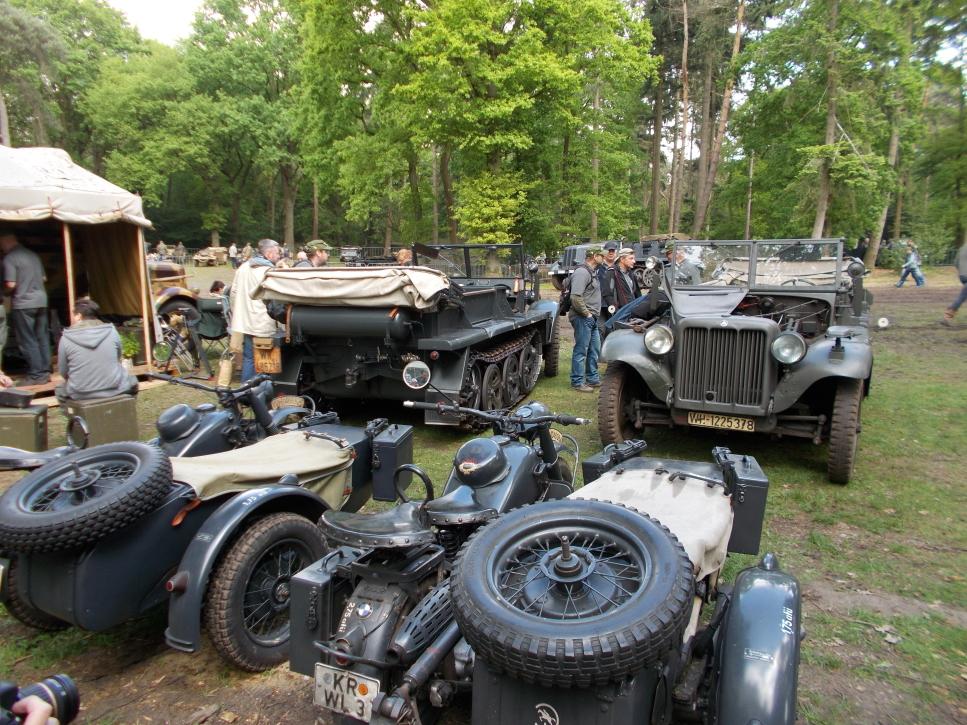 Beiwagenkräder und Halbketten auf der Militracks in Overloon
