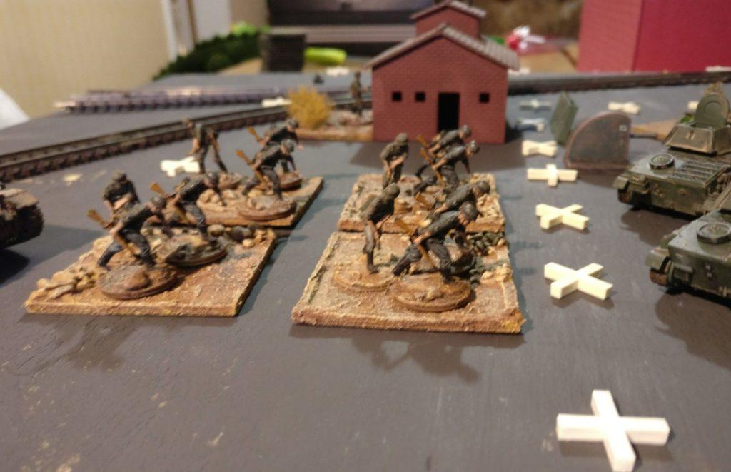 Vier Rifle-Basen im Frontal-Angriff über die freie Fläche. Abstand zum Spielfeldrand: nur ein Feld.