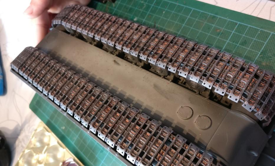 Hier die Ketten der Maus mit ersten Auftrag von Rost als Wash.