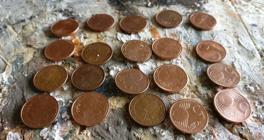 Die ersten 20 PBI-Casualty-Marker. 5-Cent-Stücke dienen als Basis der Marker.