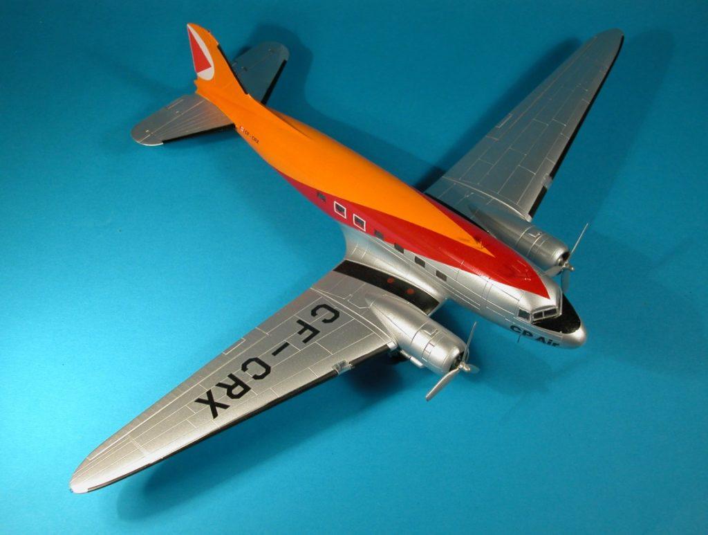 Der Rosinenbomber CF-CRX war im Vorbild als Militärversion C-47 gebaut und später zum Airliner umgerüstet worden. CF-CRX flog bis 1974 für die kanadische Fluggesellschaft CP Air.