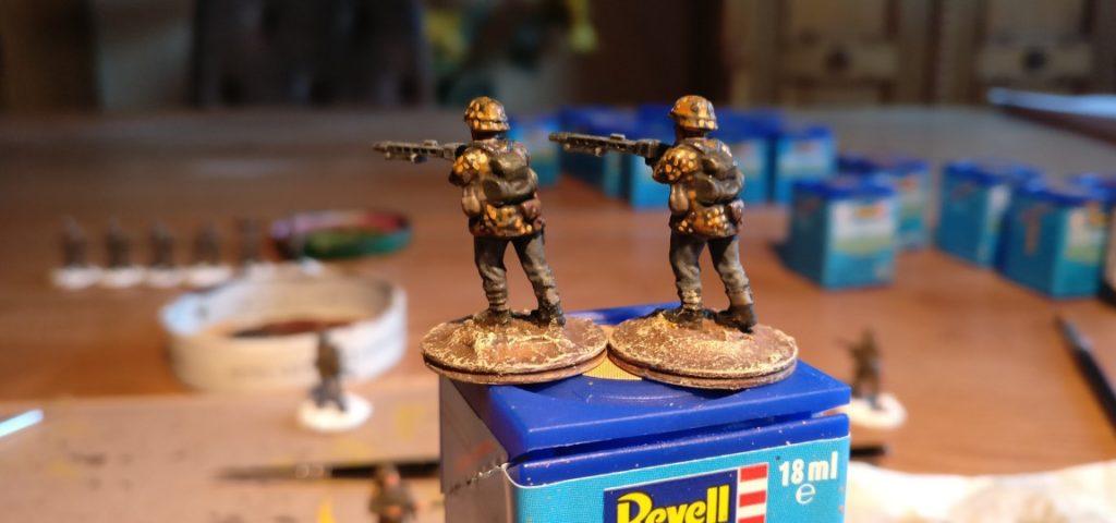 Diese beiden  MG-Schützen (aus dem PSC Set der Sd.Kfz.250) hatte ich kürzlich schon mal anders eichenlaubisiert. Auf den dunkel gewashten Smock setzte ich nur noch ein paar Ocker-Tupfen - und schon wirkte es für mich viel eichenlaubiger.