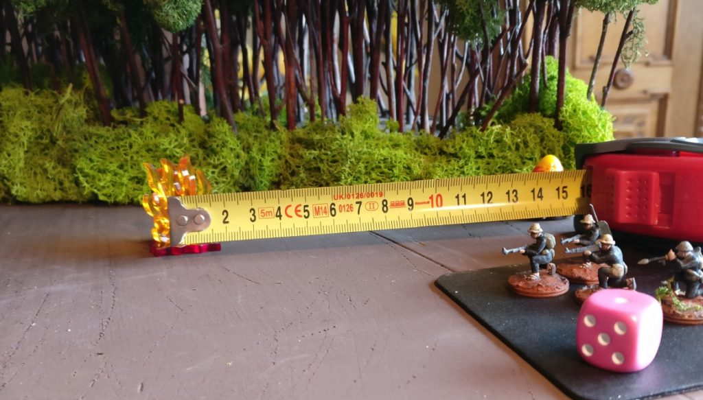 Nach einer Runde der Bewegung im Untergrund, hat sich der Vietcong-Trupp bis zu 15cm vorgearbeitet. Er könnte beispielsweise in der Folgerunde an dem Feuermarker auftauchen und das Feuer eröffnen.
