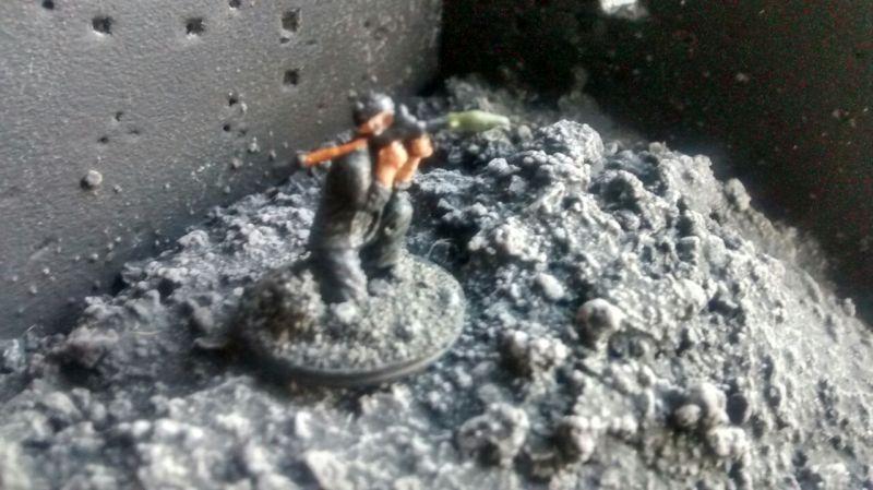 """Hier zielt """"Bazooka-Basti"""" in der Ruine mit seiner RPG-7."""