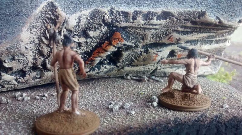 Die Jäger bereiten sich auf den Jagdzug vor. Vor den Malereien an der Höhlenwand versammelt man sich.