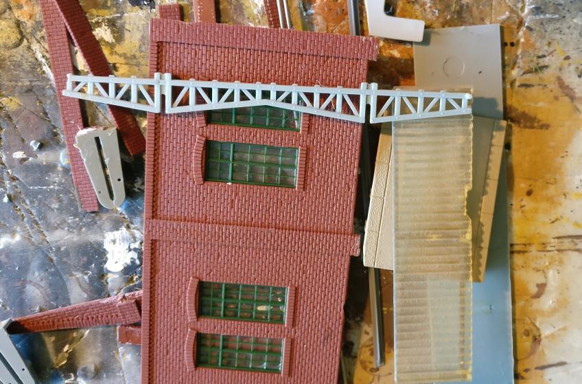 Die Trägerkonstruktion sieht interessant aus. Wäre eventuell was für die Ausstattung der Fabrikhalle... Aber dazu bräuchte man mehr davon!