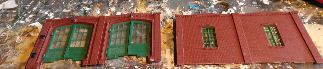 Vorder- und Rückseite des Lokschuppens. Aus diesen werden zwei Wandsegmente für die Vorderseite des Fabrikgebäudes hergestellt. Jeweils zwei gleiche Mauersegmente werden gegeneinander geklebt.
