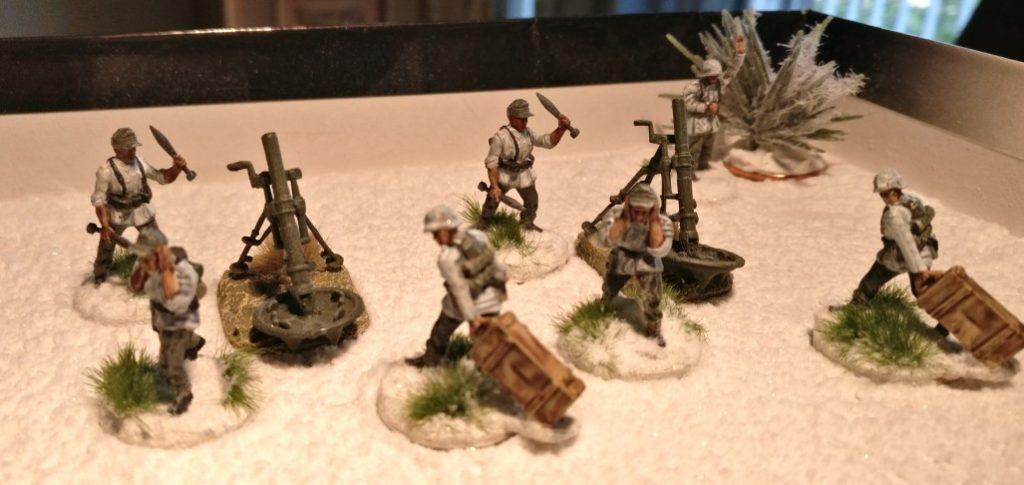Zwei Teams Bedienmannschaften für den 120mm-Granatwerfer 42 plus ein Offizier aus dem Plastic Soldier Company Set WW2020005 Late War German Infantry Heavy Weapons