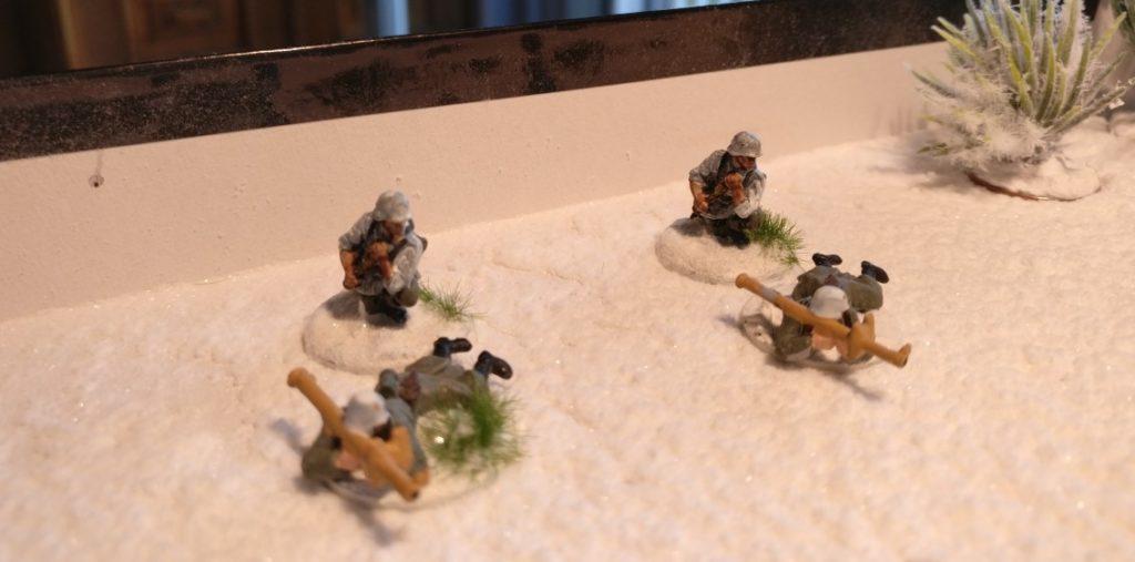 Zwei Ladeschützen für den Panzerschreck aus dem Plastic Soldier Company Set WW2020005 Late War German Infantry Heavy Weapons