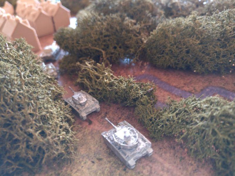 Die dünn besetzte Panzerkompanie verlegt von ihrer Stellung hinter dem Wald in Richtung Ortsrand. Sie soll Taverneux feindwärts sichern. Hier sieht man die beiden Panzerkampfwagen IV H.