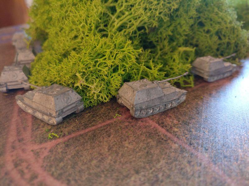 """Die Panzerjäger """"Elefant"""" bleiben hinterm Wald in Deckung. Man kann ja nie wissen."""