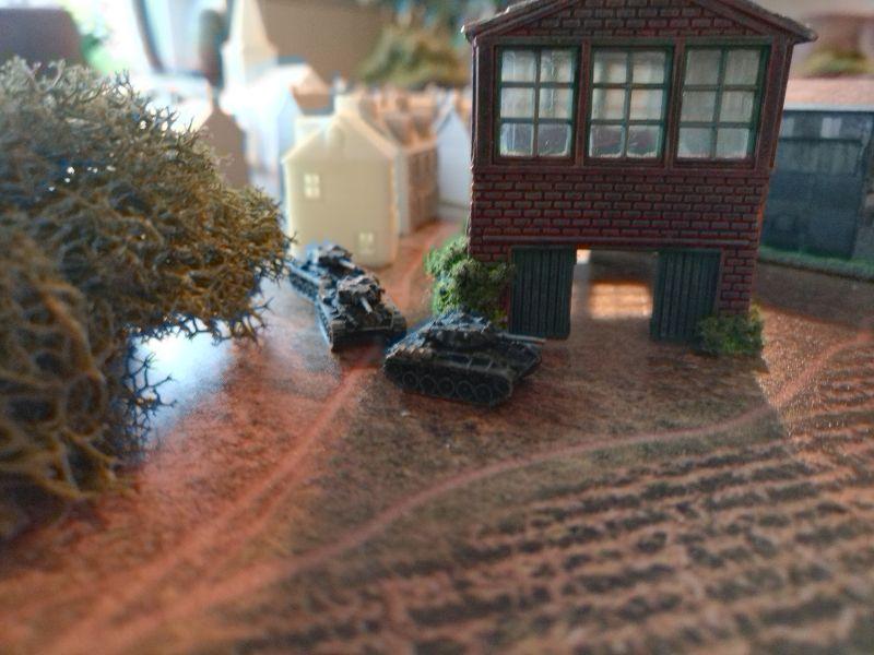 Mit dem Industriegebiet erreichen die M24 Chaffee gleichzeitig den Ortsrand. Ab jetzt ist mit Feindberührung zu rechnen.