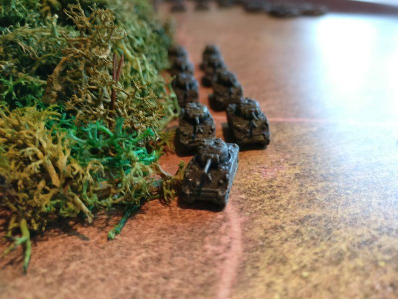 Die Spitzen des 3rd Tank-Battalion haben mit ihren M4 Sherman den Waldrand erreicht.