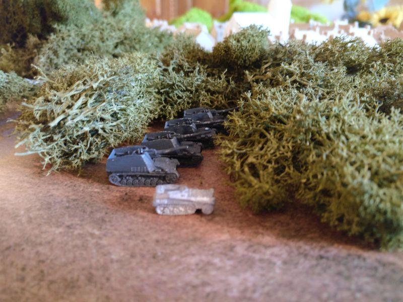 Die I. Batterie geht im nahen Stadtwald von Taverneux in Stellung. Feindwärts hat die Batterie hier guten Sichtschutz. Auf dem leichten Spw hat man bereits Funkkontakt zu den Aufklärern aufgebaut.
