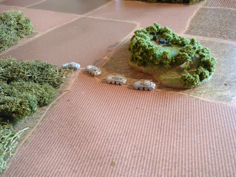 """Die II. Aufklärungskompanie gelangt am strategisch wichigen """"Maxhügel"""" an. Die Sd.Kfz. 234/2 könnten vom Maxhügel aus einen Blick bis tief ins feindliche Hinterland werfen."""