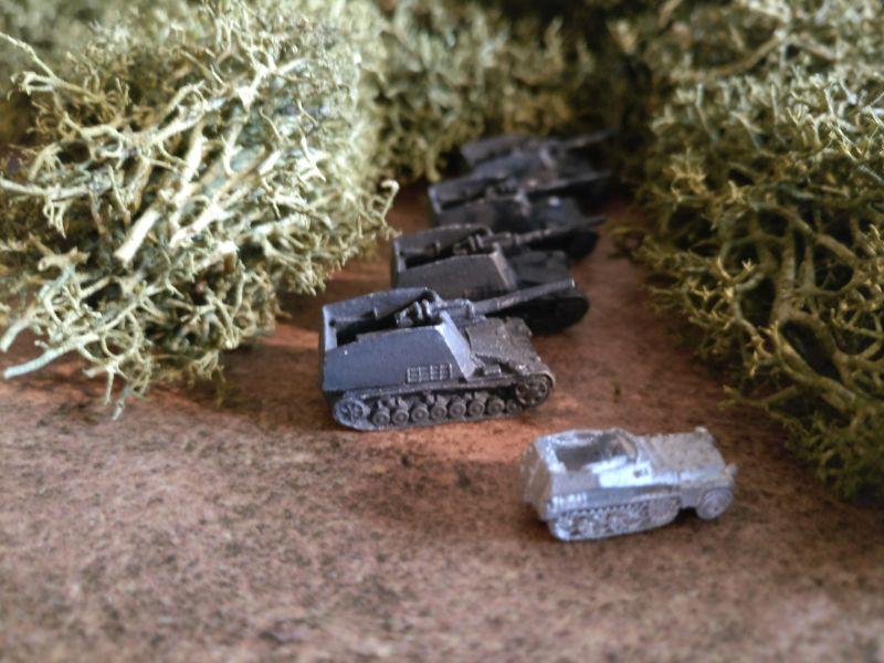 Die I. Batterie richtet ihre Geschütze auf den erkannten Feind aus.