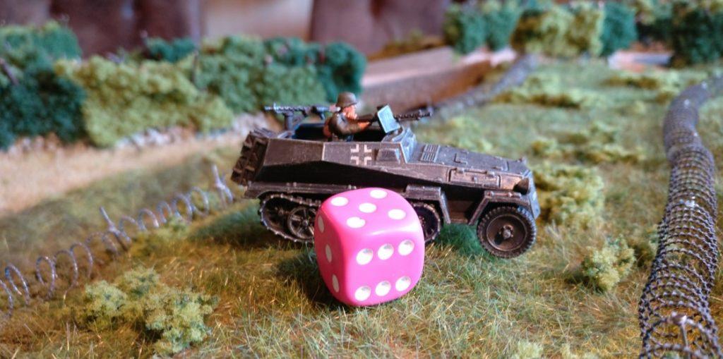 """Der Panzerungswurf mit einem W6-Würfel ergab """"5"""" Augen. Gerettet! Der Stahl hat gehalten."""