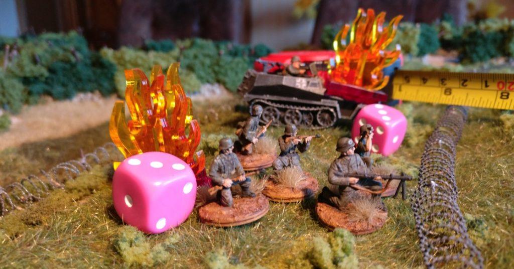 Erleidet die aufgesessene Infanterie nach dem durchschlagenden Fahrzeugtreffer nach dem eigenen Deckungswurf ebenfalls Schaden, MUSS sie aussteigen. Sie wird ebenfalls markiert.