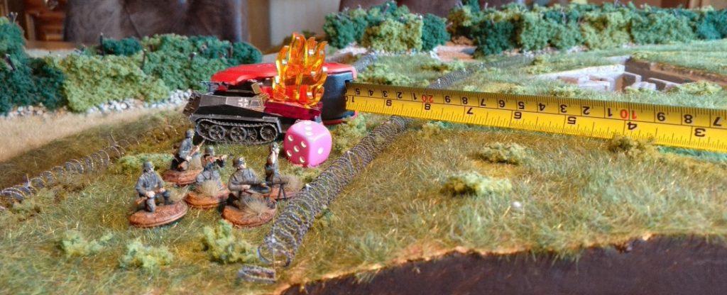 Ausbooten nach dem ersten Treffer ist ratsam. Der zweite Treffer wäre für die aufgesessene Infanterie sofort tödlich, da ihr beim zweiten durchschlagenden Treffer kein Deckungswurf mehr zusteht.