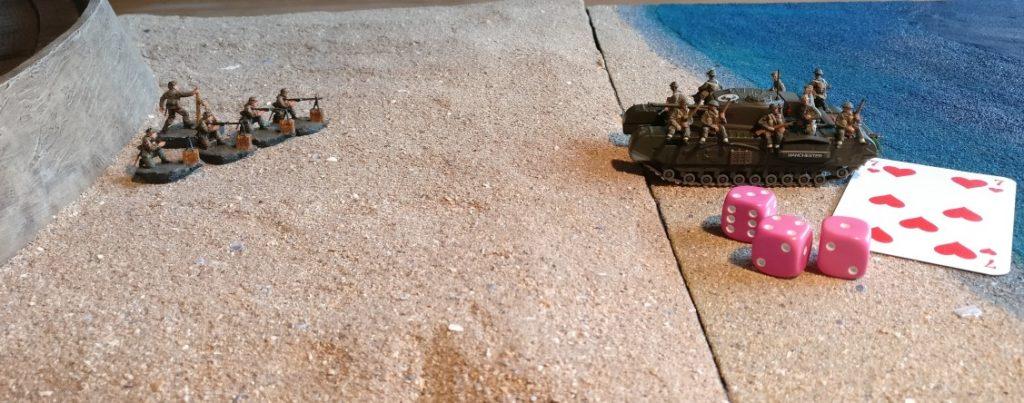 """Aufgesessene Tank Riders können von Fahrzeug aus ins Kampfgeschehen eingreifen. Damit dies möglich ist, müssen die Tank Rider einen höheren Wert erwürfeln, auch wenn für sie die gleiche Kommandokarte gilt wie für das """"gastgebende"""" Fahrzeug. In diesem Fall muss mit den drei W6-Würfeln für die Rote Kommandokarte ein Wert von 8 Augen erwürfelt werden. Zur Erinnerung: die Rote Kommandokarte erlaubt für das Schießen  drei W6-Würfel und die rote """"7"""" erhält bezogen auf die Tank Rider eine """"+1"""" aufaddiert."""