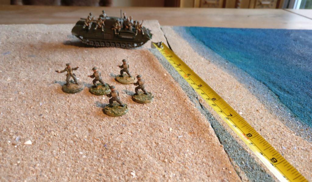 Diese fünf Herren dürfen direkt auf den Churchill aufspringen, denn sie befinden sich im Umkreis von 10 Zoll um den Churchill. Eine gesonderte Kommandokarte abzuprüfen ist für das Aufsitzen der Infanteristen nicht nötig.
