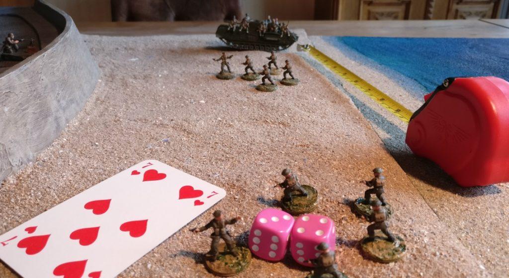Dieser 5-Mann-Trupp ist weiter als 10 Zoll vom Churchill entfernt. Er muss zunächst mit einer eigenen Kommandokarte seine Entfernung zum Churchill auf unter 10 Zoll verringern. Dann aber kann der 5-Mann-Trupp sofort auf den Churchll hopsen. Hinweis: die Rote Kommandokarte erlaubt für Bewegungen nur zwei W6-Würfel.