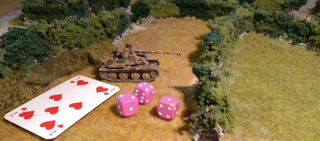 Dieser Panzerjäger Marder möchte ebenfalls in Deckung gehen (und auf Shermans lauern...). Er würfelt ebenfalls so, als wolle er Schießen.
