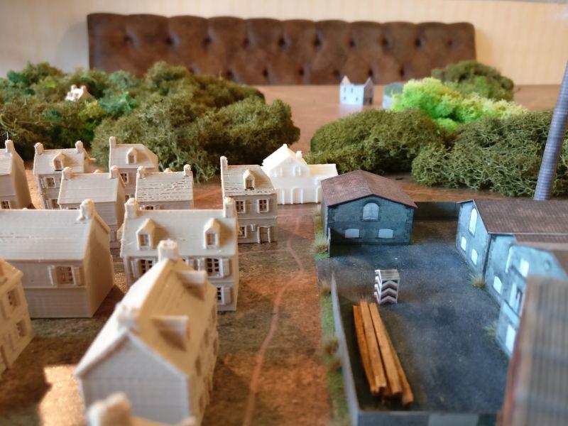 Zwischen Dorf und Industriegebiet verläuft ein Weg.