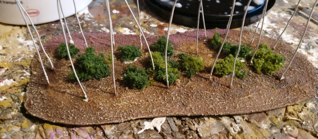 Dieses Mal werden die Büsche auch im Innern des Aufliegers gesetzt. Ich achte auf viel lichten Raum zwischen den lose angeordneten Buschgruppen.