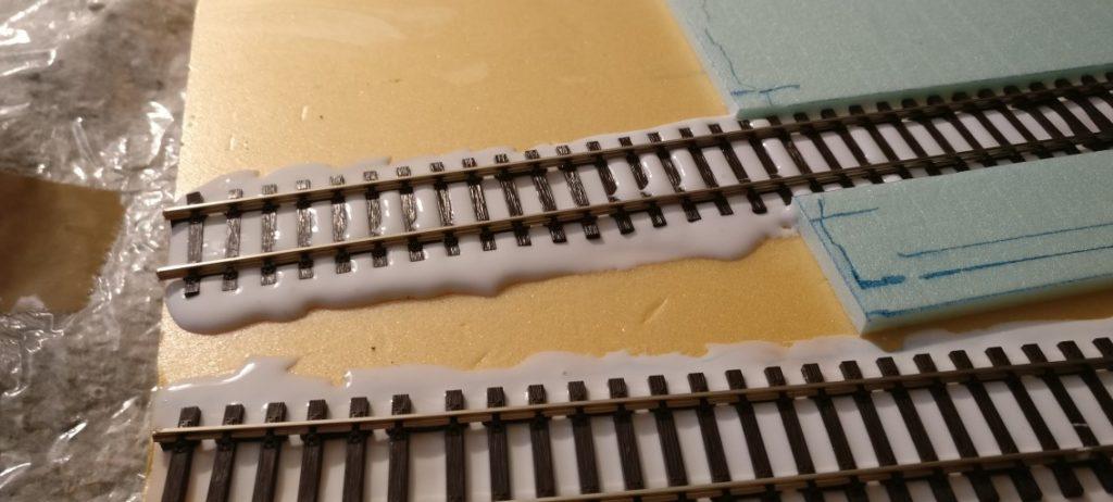 Hier ist auch das Stück aus der Halle herausragende Gleis zum Schottern vorbereitet.