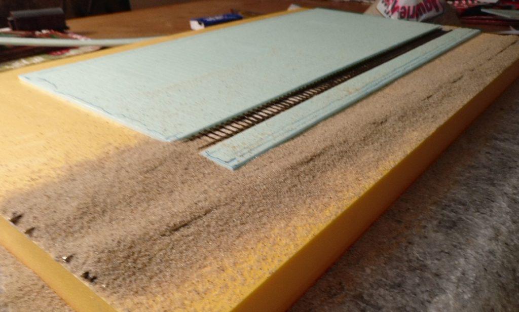 Der Sand ist aufgetragen. Vorarbeiter PONAL kann seinen Job machen.