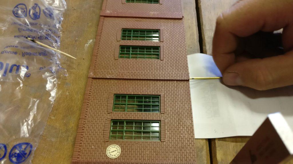 In die langen Mauersegmente kommen vier Stifte, in die kürzeren Seitenteile nur 3. Iss klar, ne. Im Generalunternehmen Industriebau ist alles wohl geplant.