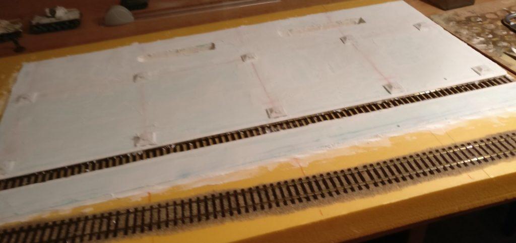 Die Spielplatte im Überblick. Der Gleisstrang im Halleninnern benötigt ebenfalls Nachbearbeitung. Die Geleise werden vollständig in den Betonboden eingelassen sein.