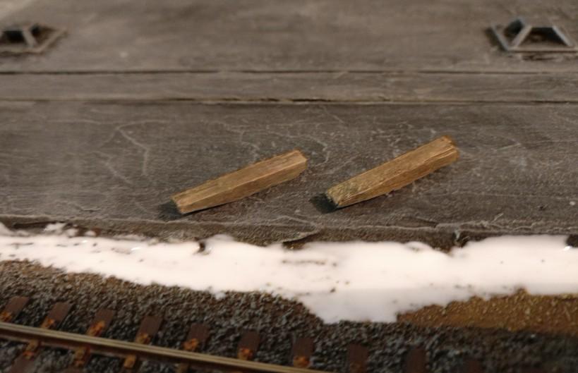 Die beiden Schwellen aus dicken Streichhölzern.