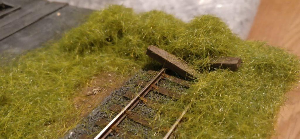 Hier der rustikale Prellbock. Dahinter und rundherum wächst bereits Gras. Es muss noch trocknen.