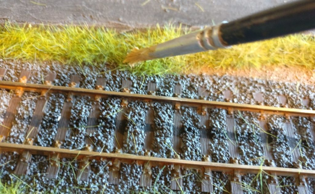 Schon wenige Pinselstriche genügen, die Halme mit einer dünnen, jedoch den Glanz nehmenden Farbschicht zu überziehen.